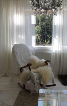 Vanha keinutuoli valkoisessa olohuoneessa. Ihana paikka rentoutua! 50-luvun talo, rintamamiestalo, maalaisromanttinen sisustus Shag Rug, Bean Bag Chair, Rugs, Furniture, Home Decor, Shaggy Rug, Homemade Home Decor, Types Of Rugs, Bean Bag Chairs