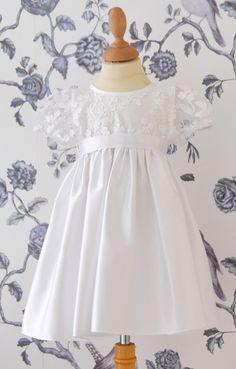 Een lief satijnen jurkje met een gebloemd bovenlijfje. Een schattig jurkje voor het kleinste bruidsmeisje of als doopjurk. Corrie's bruidskindermode. bruidskindermode.nl . Bruiloft, trouwen, huwelijk, bruidskinderen, bruidsmeisjes, bruidsmeisjesjurk, doopkleding.