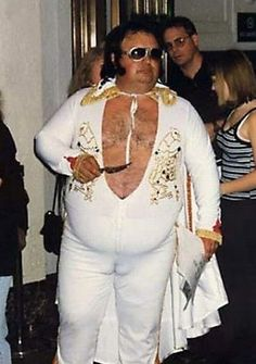I'm dying! A pregnant Elvis with donkey knuckle. Who knew Elvis was alive and well. People Of Walmart, Funny People, Weird People, Fat Elvis, Elvis Impersonator, Fashion Fail, Funny Photos, Awkward Photos, Funniest Photos