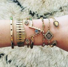Las pulseras son de oro con piedras de colores. Yo (quiero) estas pulseras!