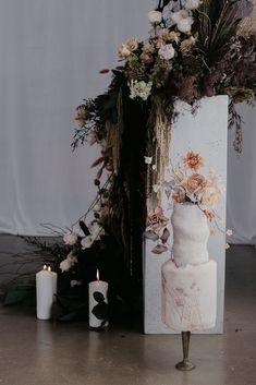 If you're looking for cake inspiration you just have to check out this moody cake creation by Marina Machado Cakes. Simple Elegant Wedding, Luxe Wedding, Elegant Wedding Cakes, Stylish Couple, Wedding Inspiration, Style Inspiration, Wedding Desserts, Cake Creations, Ladder Decor