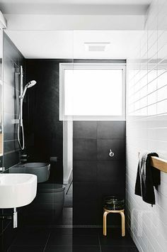 Baño pequeño y moderno blanco y negro