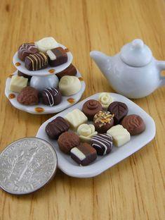 Chocolates with Tea ❤☕ - Dollhouse Miniatures Cute Polymer Clay, Cute Clay, Polymer Clay Miniatures, Polymer Clay Charms, Diy Clay, Dollhouse Miniatures, Miniature Crafts, Miniature Food, Miniature Dolls