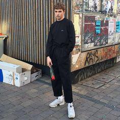 Jesús Lafuente - Davidelfin Sweater, Vintage Pants, Reebok Instapump - Me gusta regalar flores a mis amigos.