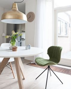 Goedemorgen, daar is 'ie dan! De prachtige nieuwe stoel ♡ hij fleurt met het frisse groen ons hele huis op en hij zit zo fijn. Vandaag een…