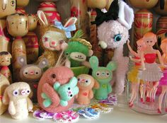 https://flic.kr/p/bjJCAE   Updated felted family photo....   Wonderful Kit Lane & Violetpie creations... they all live together :-)