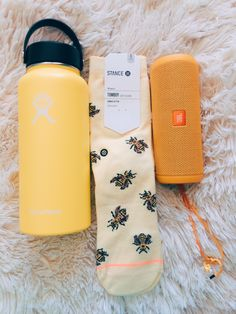 VSCO Summer Outfit Ideas To Copy Right Now - Design & by claradionne Scrunchies, Telefon Apple, Cute Water Bottles, Drink Bottles, Accessoires Iphone, Summer Aesthetic, Aesthetic Yellow, Aesthetic Boy, Happy Colors