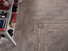 Esempio di pavimento in gres porcellanato della collezione Metalwood con elemento centrale di decoro.