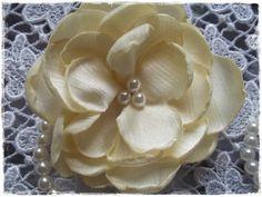 Porta guardanapo com tecido Chanton, anel de pérolas. Um luxo de beleza inesquecível. Nas cores amarelo, rosa e preto.