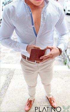 Camisa Slim Fit blanca con detalle triangulo, pantalón gabardina beige loafer en piel tejida y cinturón café - Tiendas Platino Ropa para caballero de moda hecha en México #Camisa #SlimFit #HechoenMéxico #Tiendasplatino #Men #Menfashion #Fashionstyle #Mexico #Moda #Fashion #Menstyle #Modahombres #pantalon
