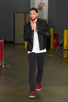 Ooo la la Klay Thompson of the Golden State Warriors arrives for the game against the Houston Rockets on March 13 2019 at the Toyota Center in Houston Texas. Nba Players, Basketball Players, Toyota Center, Splash Brothers, Nba League, Leather Jacket Outfits, Colin Kaepernick, Nba Champions, Houston Rockets