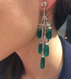 Incredible High Jewelry Diamond and Emerald Chandelier Earrings Art Deco Schmuck, Bijoux Art Deco, Art Deco Earrings, Emerald Earrings, Drop Earrings, Diamond Chandelier Earrings, High Jewelry, Luxury Jewelry, Jewelry Necklaces