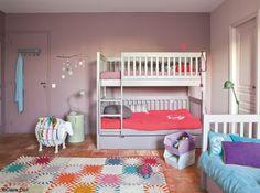 Pas toujours facile de créer une chambre pour plusieurs enfants tout en gardant un espace de jeux, pourtant le lit superposé reste indétrônable dans ce genre de mission. Heureusement, il se modernise au fil des années, comme ici avec ce gris argenté. Murs taupe et couleurs vives
