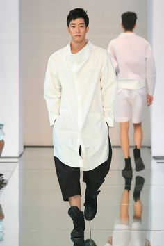 Byungmun Seo presented its Spring/Summer 2015 collection during Seoul Fashion Week.