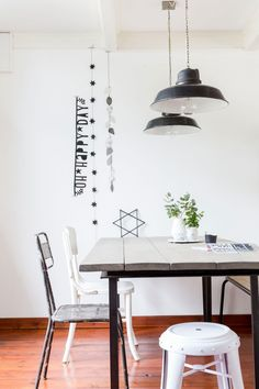 White dinette and garlands on the wall | Styling Sabine Burkunk | Photographer Hans Mossel | vtwonen January 2015