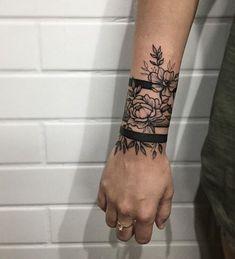 Armband Tattoo Bilder - Tattoos for women Arm Band Tattoo For Women, Wrist Band Tattoo, Wrist Tattoo Cover Up, Flower Wrist Tattoos, Wrist Tattoos For Guys, Tattoo Bracelet, Tattoo Women, Arm Wrap Tattoo, Arm Cuff Tattoo