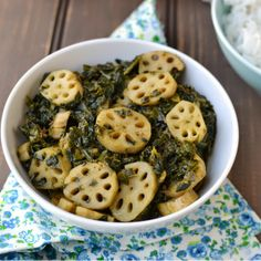 Palak nadir, or spinach and lotus stem curry, is a Kashmiri dish that is typically prepared for religious ceremonies or in the home. Kashmiri Recipes, Goan Recipes, Veg Recipes, Curry Recipes, Side Dish Recipes, Indian Food Recipes, Vegetarian Recipes, Healthy Recipes, Kitchens