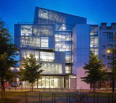 Frontalansicht der Architekturschule in Straßburg bei Nacht