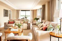 """Salón con dos sofás de tres y cuatro plazas en """"L"""" y dos butacas"""