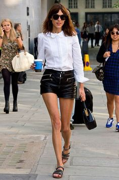 Shorts and shirts are a wardrobe staple in summer. Button up Alexa Chung-style and try a pair of leather shorts (it's the perfect contrast of feminine softness and edginess) for a dressier day-look. Outfits Camisa Blanca, Alexa Chung Style, Look Short, Vogue, Alexander Skarsgard, Leather Shorts, Alex Turner, Signature Style, Star Fashion