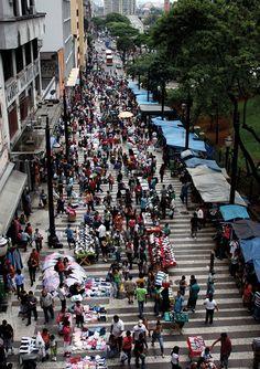 COTIDIANOCamelôs e o comércio ilegal que tomam as ruas do centro de São PauloLocal: Centro de SP, Rua General Carneiro próximo ao Pátio do Colégio(Foto/colaboração: Carolina Cunha)
