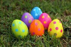 Pintaremos unos huevos cocidos para evitar que se rompan, decorándolos como queramos con temperas, consiguiendo nuestro huevo de pascua.