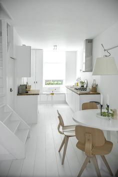 White kitchen via my scandinavian home Kitchen Dinning, New Kitchen, Kitchen Decor, Kitchen Styling, Kitchen White, Dining Rooms, Minimal Kitchen, Dining Area, Kitchen Ideas