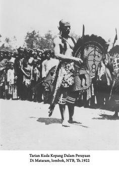 tarian kuda kepang dalam perayaan di mataram, lombok, NTB tahun 1922