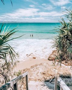 Renowned for its laidback lifestyle Byron Bay is also famous for its crystal clear water surf breaks snorkelling and diving not to mention the food nightlife and endless accommodation choices. Since I was born in Byron Bay and I am Strand Wallpaper, Ocean Wallpaper, Summer Wallpaper, Travel Wallpaper, Bridge Wallpaper, Beach Aesthetic, Summer Aesthetic, Travel Aesthetic, Water Aesthetic