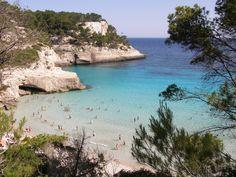Cala Mitjana - Es una pequeña cala virgen al sur de Menorca. Además de la zona de arena de primera línea, la cala tiene mucha profundidad, así que hay zonas de picnic a la sombra, con bancos y mesas bastante cómodas para hacer un tentempié.