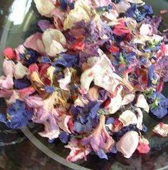 """Nachdem ich gestern eine weitere Ingredienz zu meinem selbst gemachten Potpourri erstanden habe, und das Ganze langsam Formen annimmt, möchte ich ein wenig Grundsätzliches loswerden. Mit dem Thema Selber-Herstellen von Potpourris und duften Sachen aus dem Garten bin ich durch ein Buch von Jane Newdick """"Blumenfreude"""" (2. Auflage, Herder Verlag, Freiburg 1991) in Berührung gekommen, das ich beim ..."""