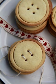 Christmas Gifts From The Kitchen: Button Hole Shortbread Cookies | The Whimsical Wife