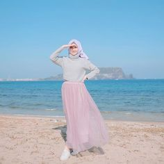 Image may contain: 1 person, ocean, sky and outdoor Hijab Fashion Summer, Muslim Fashion, Modest Fashion, Trendy Fashion, Girl Fashion, Fashion Outfits, Trendy Style, Casual Hijab Outfit, Ootd Hijab