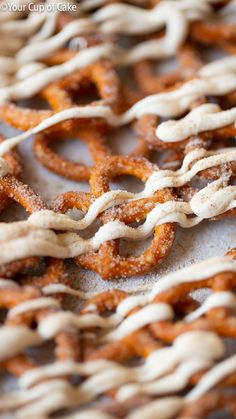 A sugary pumpkin snack that's addictive and perfectly salty! These White Chocolate Pumpkin Pretzels are made in the microwave, so easy! Pumpkin Cookie Recipe, Homemade Pumpkin Pie, Pumpkin Cookies, Pumpkin Bread, Pumpkin Recipes, Spiced Pretzels, Cinnamon Sugar Pretzels, Honey Recipes, Snack Recipes
