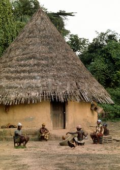 Village life in Africa: Africa, Liberia, Kpelle tribe: village scene: traditional cylindrical hut with conical thatch roof. Woman is making a fishing net. African Tribes, African Countries, Out Of Africa, West Africa, Liberia Africa, Eco Construction, Wattle And Daub, African House, African Life