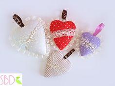 SCARICA QUI IL MODELLO - DOWNLOAD THE TEMPLATE HERE: http://sweetbiodesign.blogspot.it/2014/01/cuori-di-stoffa-no-cucito-fabric-hearts.html Ciao a tutti! In ...