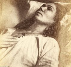 This woman was photographed as she recovered from what was described as an 'attack' at the Salpetriere Hospital in Paris, France, in 1876 Mental Asylum, Insane Asylum, Vintage Photographs, Vintage Photos, Haunted Pictures, Haunted Asylums, Old Abandoned Buildings, Old Hospital, Creepy Vintage