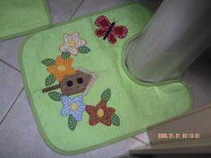 >> Jogo de banheiro em tecido atoalhado verde, as estampas em tecido de algodão. Aplicações em patch work e acabamento em viés verde liso. ======================================================== >> MEDIDA DO TAMPO: 49 cm C. X 42 cm L. TAPETE SAÍDA DE BANHO: 64 cm C. X 44 cm L. TAPETE LAVATÓRIO...