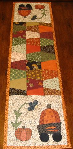 Cute Autumn table runner with pumpkins. Table Runner And Placemats, Table Runner Pattern, Quilted Table Runners, Fall Table Runner, Autumn Table, Tumbler Quilt, Halloween Table Runners, Halloween Quilts, Halloween Fabric