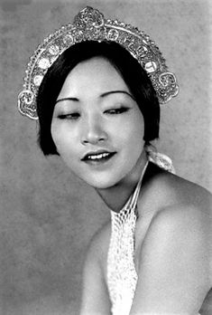 Learn the story of Anna May Wong, the first Chinese actress to succeed in Hollywood & attempt to break away from stereotypes cemented in Western culture. Hollywood Glamour, Classic Hollywood, Old Hollywood, Hollywood Stars, Silent Film Stars, Movie Stars, Divas, Shanghai Girls, Anna May