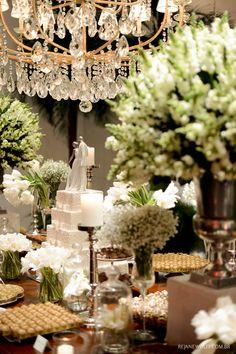 Mesa de doces e bolo clássico, com decoração em branco e verde. Topo de bolo: Lladró | Decoração: Rodrigo Hadad | Bolo: Wagner Bertazzo | Foto: Rejane Wolff