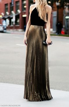 Pleated maxi gold skirt is paired with a black halter top to create a stunning look. Look Fashion, Fashion Beauty, Womens Fashion, Fashion Fall, Street Fashion, Fashion Trends, Gold Pleated Skirt, Metallic Skirt, Pleated Skirts