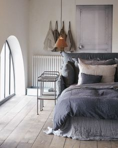 Carcoal grey belgian washed linen duvet cover and an assortiment of earthly colors linen bedroom