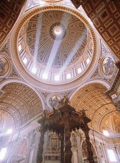 Centro / Center. Basilica Papale di San Pietro in Vaticano. Cátedra en gloria de Bernini. Cúpula de Bramante_Miguel Angel.