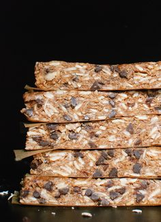 Dark chocolate, almond and honey granola bars - no baking required, quick throw together for healthy snacks that store well in the freezer for months Honey Granola Bar Recipe, Healthy Granola Bars, Homemade Granola Bars, Healthy Snacks, Healthy Cereal, Healthy Eating, Healthy Recipes, Quick Snacks, Protein Snacks