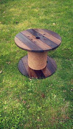 Table de bobine de fil en bois ! La table est tachée, recouvert de polyuréthane, et la base est enveloppée avec de la corde. La table est de 2 pieds de hauteur x 2,5 pi de large. Grande pièce pour une table dintérieure ou extérieure
