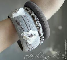 Polymer textured clay bracelet - very stylish. Website is in Russian Polymer Clay Flowers, Fimo Clay, Polymer Clay Projects, Polymer Clay Beads, Silk Bangles, Polymer Clay Bracelet, Fabric Bracelets, Clay Design, Ceramic Jewelry