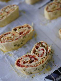 Pizzavlinders met kaas, ui en tomaat - Eten met Roos A Food, Food And Drink, High Tea, Bruschetta, Soul Food, Sandwiches, Brunch, Appetizers, Tasty
