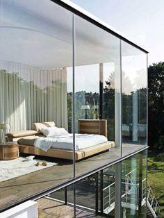 Slaapkamer met glazen ramen tot de vloer