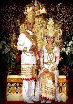 Pakaian Tradisional Nusantara - Lampung wedding dress #traditionalweddingdress #indonesiantraditionalweddingdress